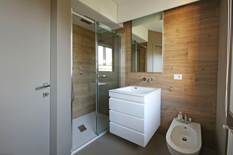 38_bagno-cortesia-resina-Kerakoll-Design-Home-sulle-pareti-_
