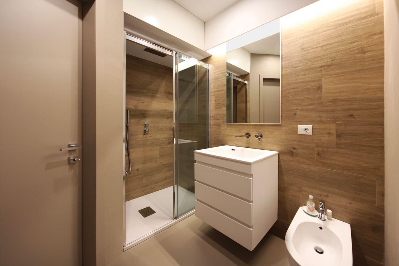 39_bagno-cortesia-doccia-in-nicchia-gress-legno-e-resina-_-J