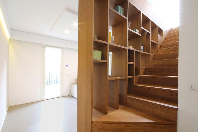 42_nuove-scale-di-design-con-parapetto-libreria-in-legno-rov