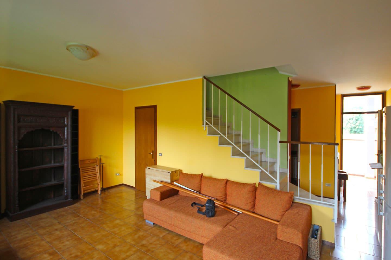 4_soggiorno-con-scala-a-vista-prima-di-ristrutturare-