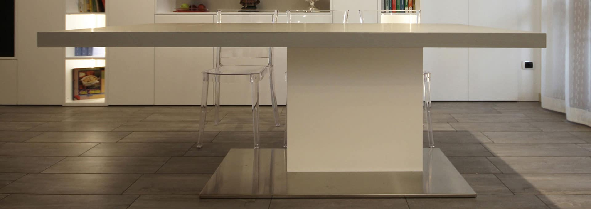 Tavolo allungabile con gamba centrale e finiture personalizzabili