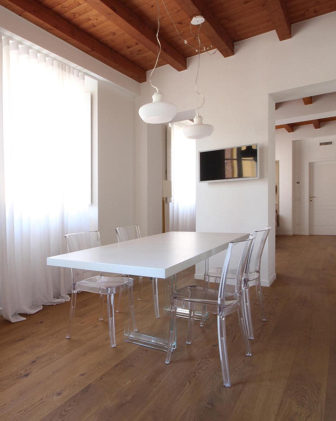 Tavolo Gambe Vetro e Piano in Legno Sospeso | Design Artigianale JFD